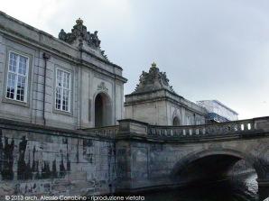 Ponte di accesso al palazzo di Christiansborg, sede dei tre poteri supremi della Danimarca: esecutivo, legislativo e giudiziario.