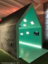 La Casetta ospita le foto e i filmati degli spazi per l'infanzia mostrando l'evoluzione degli ambienti e dell'architettura scolastica durante l'ultimo secolo. All'esterno un trattamento in vernice lavagna permette ai bambini di interagire disegnando sulle sue pareti esterne.