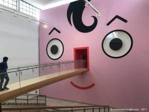 Il museo si apre con la grande faccia di Quadratino, che muove gli occhi in modo furbo e circospetto. Il famoso personaggio di Rubino, come Virgilio, diventa guida e mascotte del museo.
