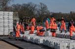L'assemblaggio della piattaforma galleggiante della scultura, realizzata con cubetti di polietilene ad alta densità © 2018 Christo Ph. Wolfgang Volz