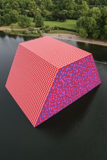 Christo and Jeanne-Claude The London Mastaba, Serpentine Lake, Hyde Park © 2018 Christo Ph. Wolfgang Volz